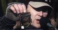 На Майдане во время штурма сорвали с офицера шеврон МВД России2