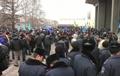 Біля будівлі парламенту Криму відбуваються зіткнення мітингувальників, є постраждалі