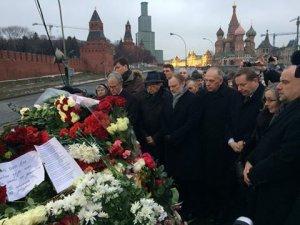 Німецький посол поклав квіти до місця розстрілу Бориса Нємцова