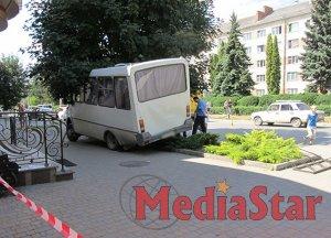 У Кам'янці-Подільському маршрутка з людьми врізалася в дерево