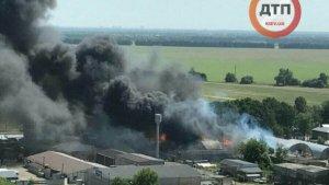 Під Києвом масштабна пожежа, горять склади з паливом
