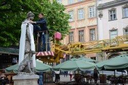 Скульптури в центрі Львова одягнули у вишиванки