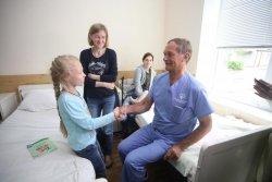Відомий пластичний хірург з Німеччини Клаус Екснер знову консультує та оперує дітей у Львові