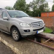 Закарпатські митники вилучили «Mercedes» через приховані в ньому цигарки