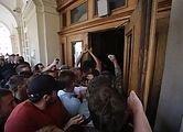 Невідомі особи виламали двері до міської ратуші та ввірвались всередину