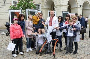 На площі Ринок відкрили фотовиставку дітей з інвалідністю «Усі ми — вишиванка»