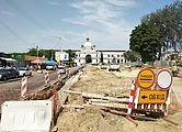 На пл. Двірцевій встановлюють гранітні бордюри пішохідної частини та розпочинають облаштовувати фундамент для нового фонтану