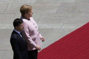 Зеленський обговорив з Меркель розведення військ