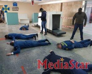 """Служба безпеки спіймала на хабарі митників аеропорту """"Херсон"""""""