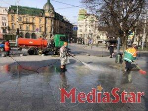 Комунальні служби дезінфікують місто: миють вулиці, тротуари, зупинки транспорту, сходові клітки будинків