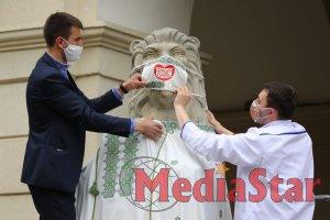Медичні працівники одягнули левів перед мерією Львова у вишиванки
