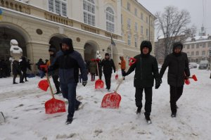Працівники мерії Львова знову вийшли на прибирання міста від снігу