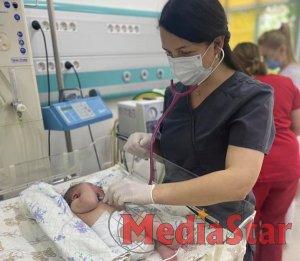 Лікарі «ОХМАТДИТу» допомогли новонародженій дитині подолати COVID-19