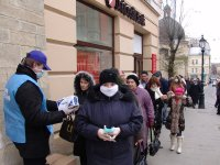 У Львові Партія Регіонів роздає захисні маски. ФОТО