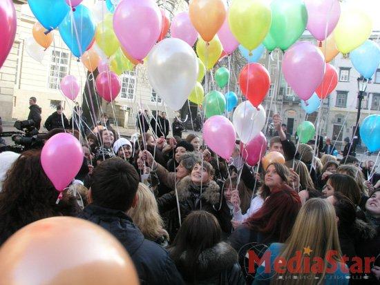 У Львові запустили в небо кульки здоров'я (ФОТО)