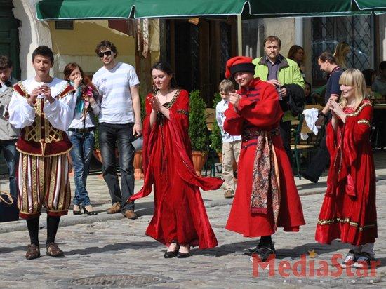 У Львові молодь танцювала середньовічні танці (ФОТО)
